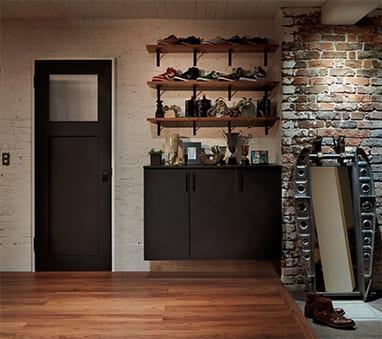 写真:おしゃれな玄関、向きを揃えてディスプレイされた靴